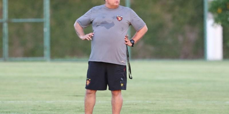 O treinador comandou uma atividade tática pensando no próximo compromisso do Sport pela série B