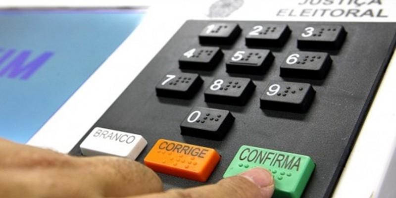 Nos dias de votação, é proibida a distribuição de material gráfico de divulgação de candidatos, realização de carreatas e uso de carros de som com propagandas políticas