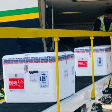 Novo lote de vacinas contra a covid-19 chega a Pernambuco