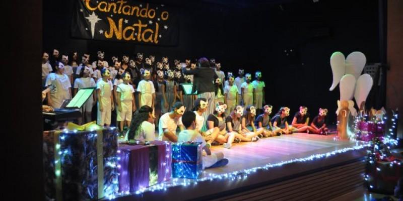O espetáculo tem uma proposta ousada: narrar a história das canções de Natal ao longo dos últimos séculos