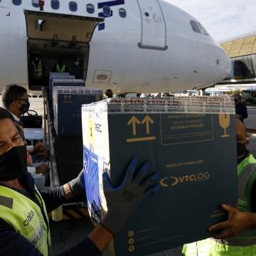 Aterrissam no Aeroporto do Recife/Guararapes 186.030 doses da vacina Pfizer e 215.300 da Coronavac