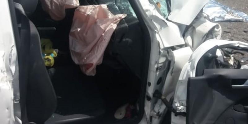 A colisão frontal aconteceu depois que um dos automóveis, fez uma ultrapassagem proibida e colidiu com outros dois carros