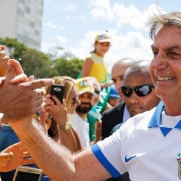 Em meio à crise Bolsonaro participa de ato anti-democrático