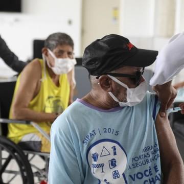 Recife inicia segundo módulo de vacinação contra covid-19 e imuniza idosos acima de 85 anos