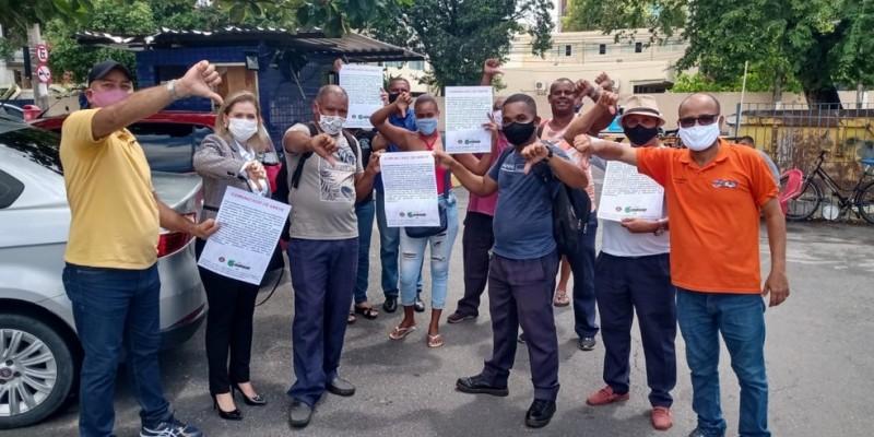 Na manifestação, desta segunda-feira (29), havia cerca de 150 profissionais na frente das unidades de saúde do Recife