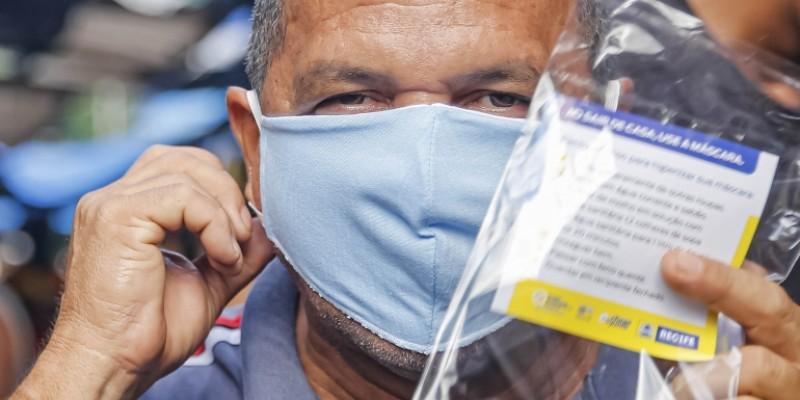 Os pontos de entrega vão funcionar das 8h às 16h, com distribuição de cerca de 100 mil máscaras e abordagens educativas sobre os novos protocolos de convivência com o vírus