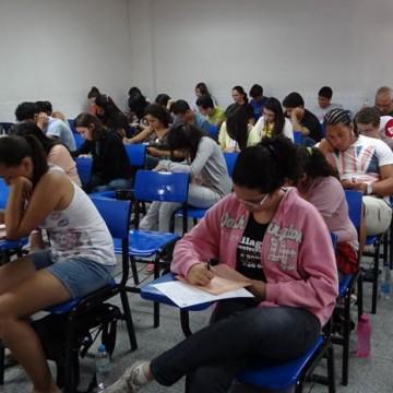 Estudantes realizam prova do vestibular seriado da UPE