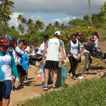 Uma tolenada de lixo recolhido do rio após pedalada em Jaboatão