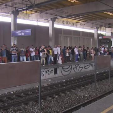 Metrô do Recife registra atrasos e aglomeração nesta segunda (23)