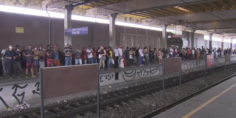 O tempo maior faz com que os passageiros da Linha Sul fiquem aglomerados aguardando o transporte, o que aumenta o risco de contaminação pelo novo coronavírus