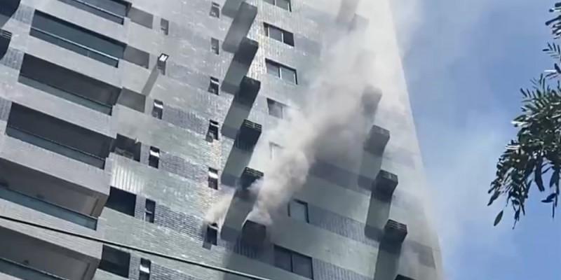 As chamas foram vistas na caixa de um ar-condicionado e o Corpo de Bombeiros apura as circunstâncias.