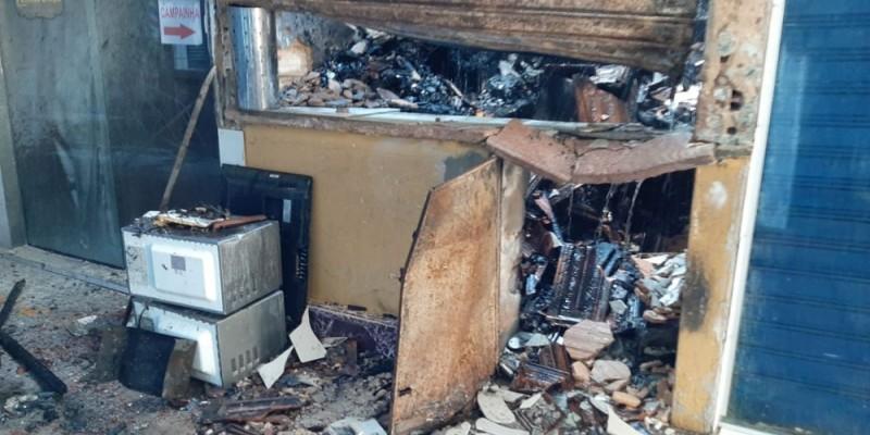 De acordo com o Corpo de Bombeiros, o fogo começou em uma loja de eletroeletrônicos antes das 6h desta segunda (9)