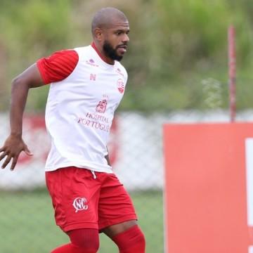 Náutico renova contrato com lateral-esquerdo Willian Simões