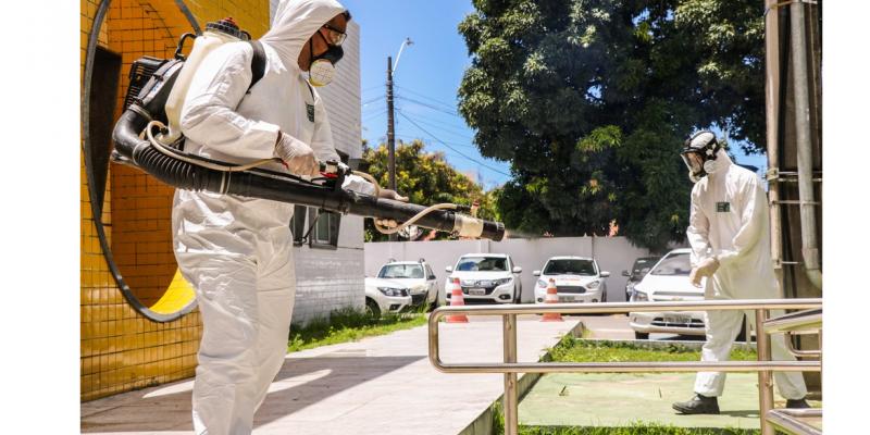 Iniciativa envolve 160 profissionais que utilizam 10 mil litros de solução para desinfectar mais de 600 locais todos os dias