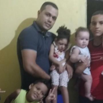 Pais de crianças com microcefalia tentam manter tratamento dos filhos