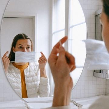 O uso de máscaras no banheiro