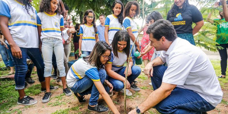 O pontapé comecou, nesta segunda-feira, na Escola Municipal Antônio Brito Alves, no bairro da Mustardinha