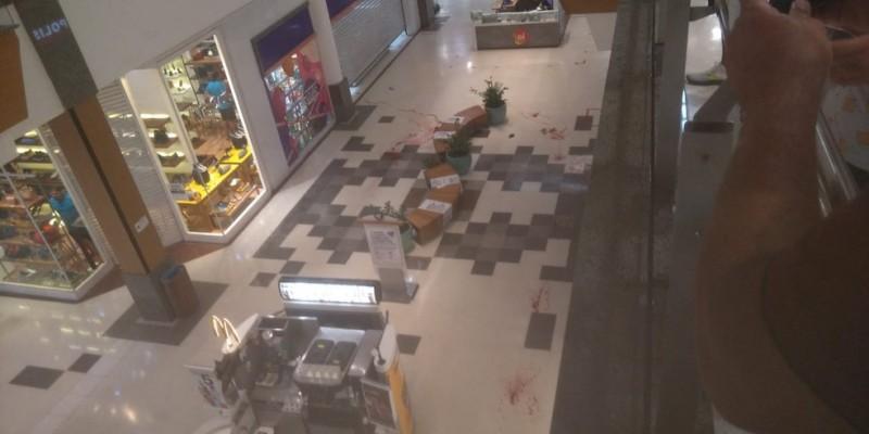 Bandidos tentaram assaltar, por volta das 17h40, um carro-forte que abastecia com dinheiro a casa lotérica que fica no centro comercial