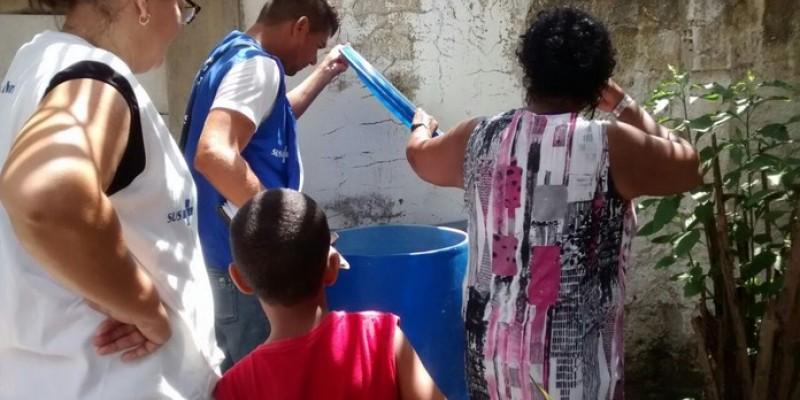 Equipes da Secretaria Municipal de saúde aplicaram nesse final de semana produtos que eliminam as larvas do mosquito causador de doenças como dengue, zika e chikungunya