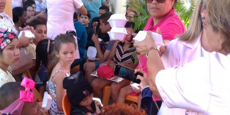 Entre as atrações da comemoração estavam palhaços, personagens infantis, presentes e música