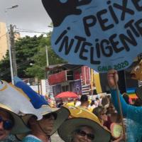 No maior bloco do mundo, os foliões se declaram através das roupas e cartazes