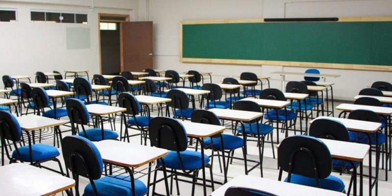 Na rede privada, os 10 mil estudantes previstos vão ter que esperar para retornar aos colégios, porque a Justiça do Trabalho acatou um pedido do sindicato dos professores para suspender o retorno das atividades