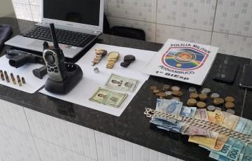 Polícia apreende 2 menores e prende 2 homens suspeitos de praticar assaltos em Caruaru