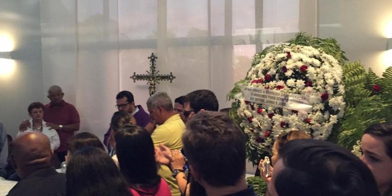 O sepultamento do jornalista aconteceu na tarde desta segunda-feira (11)