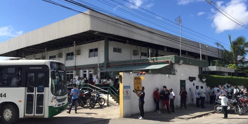 Cerca de 350 motoristas se reuniram em frente à garagem de ônibus bloqueando a saída de cerca de 300 coletivos