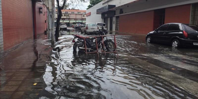 A água que caiu na madrugada resultou em vários pontos de alagamento e causou problemas no trânsito