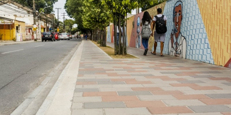 Os equipamentos receberam novas faixas de travessia de pedestres, paisagismo, nova iluminação e pavimentação executada em materiais antiderrapantes.