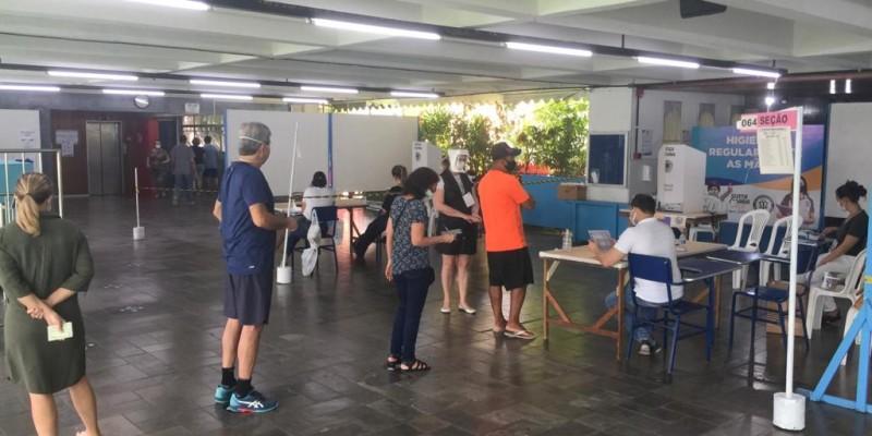 """Em entrevista a CBN Recife, Orson Lemos diretor geral do TRE-PE, afirma: """"As filas têm como objetivo seguir os protocolos de prevenção contra à Covid-19"""""""