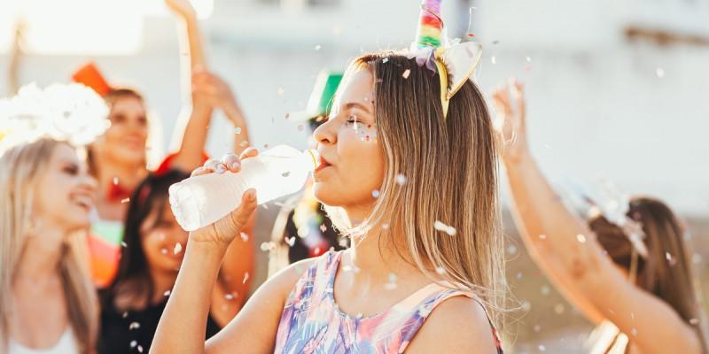 Especialista destaca que a exposição da garrafa plástica ao sol traz danos sérios ao organismo