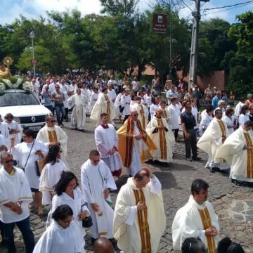 Fiéis católicos montam tapete tradicional para a celebração do Corpus Christi