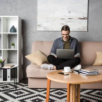 Alongamentos e postura correta são essenciais durante o home office