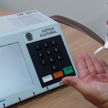 Eleitor deve limpar mãos com álcool em gel antes e após votar, orienta TSE
