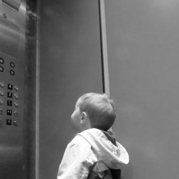 Lei que proíbe menores de 12 anos desacompanhados no elevador é aprovada na Alepe