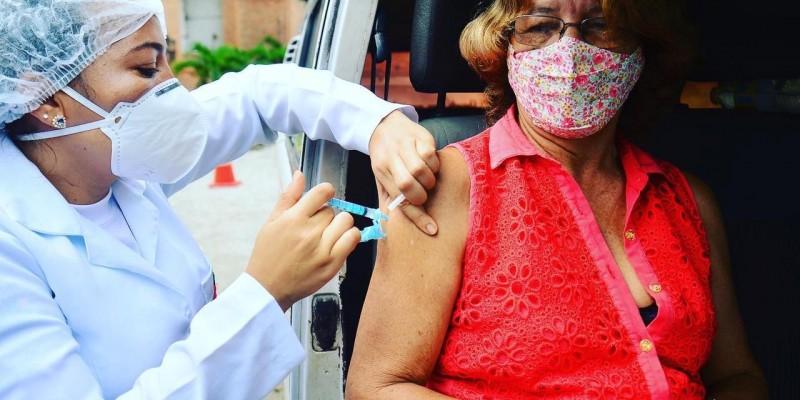 Só será vacinado apenas quem estiver em carro ou em moto e estiver com um documento de identificação e o cartão de vacinação indicando que já tomou a primeira dose