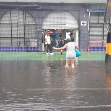 Chuvas provocam transtornos no Grande Recife
