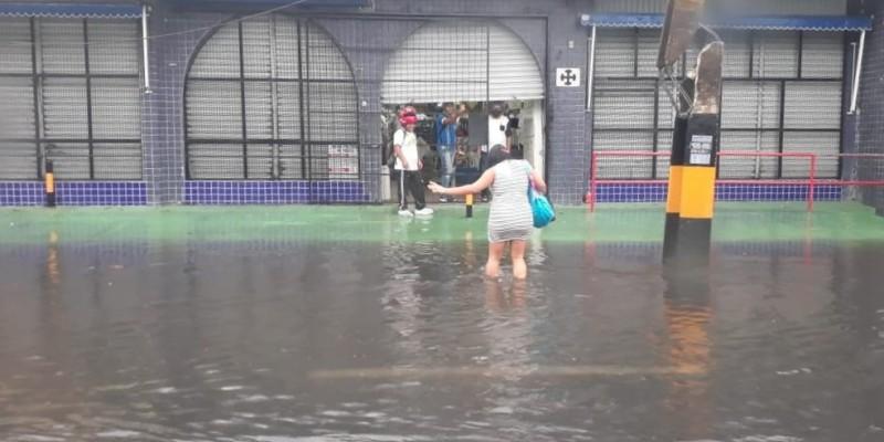 Até as primeiras horas da manhã, as fortes precipitações causaram alagamentos, gerando a retenção de veículos.