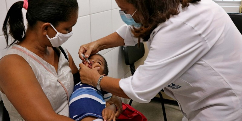 As ações são voltadas para crianças de 1 ano a menores de 5 anos, que podem se imunizar contra poliomielite, menores de 15 anos para atualização da caderneta, e pessoas de 20 a 49 que poderão tomar a vacina contra o sarampo