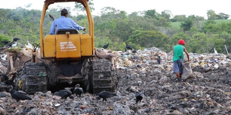 Lixão de Céu Azul, em Camaragibe, encerra as atividades em outubro, como determina a legislação ambiental.