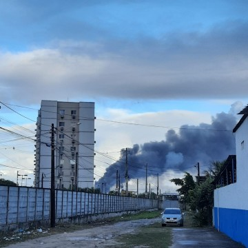 Incêndio atinge fábrica em Jaboatão