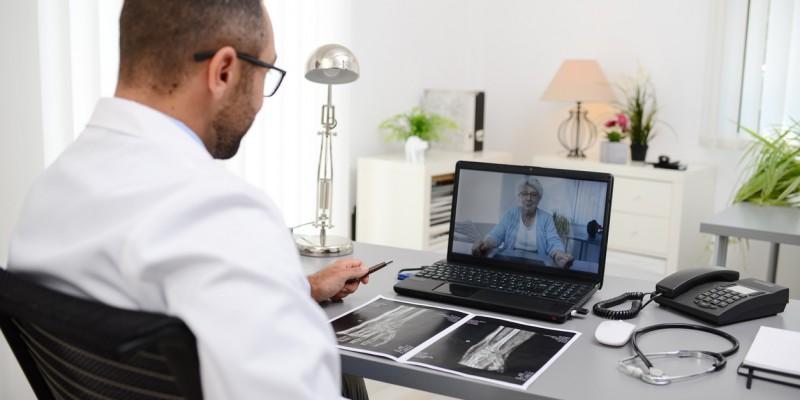 O uso da tecnologia tem facilitado os atendimentos médicos acontecerem, sem necessitar de contato físico entre médico e paciente