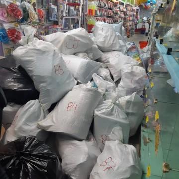 Polícia apreende quase uma tonelada de brinquedos e artigos para festas falsificados no Centro do Recife