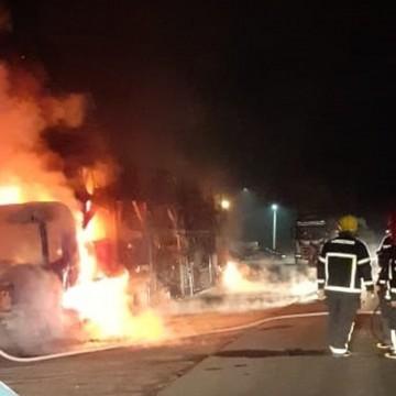Incêndio atinge sete caminhões-cegonha em Goiana