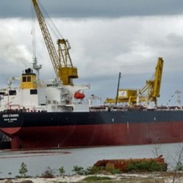 Navio petroleiro parte do Recife com combustível para Fernando de Noronha