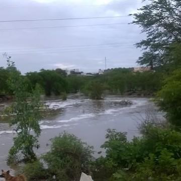 Rio Capibaribe transporda em São Lourença da Mata