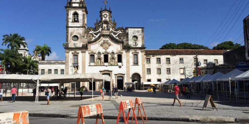 Avenida Dantas Barreto, na área central do Recife, está interditada