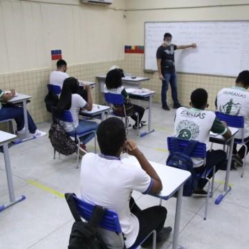 Escolas estaduais retomam aulas presenciais, mesmo com greve de professores